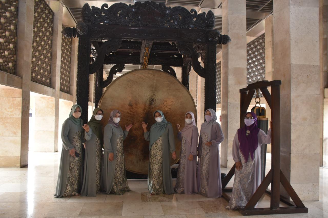 Foto bersama  Dharma Wanita Persatuan Setda DKI Jakarta di hadapan bedug Masjid Istiqlal.