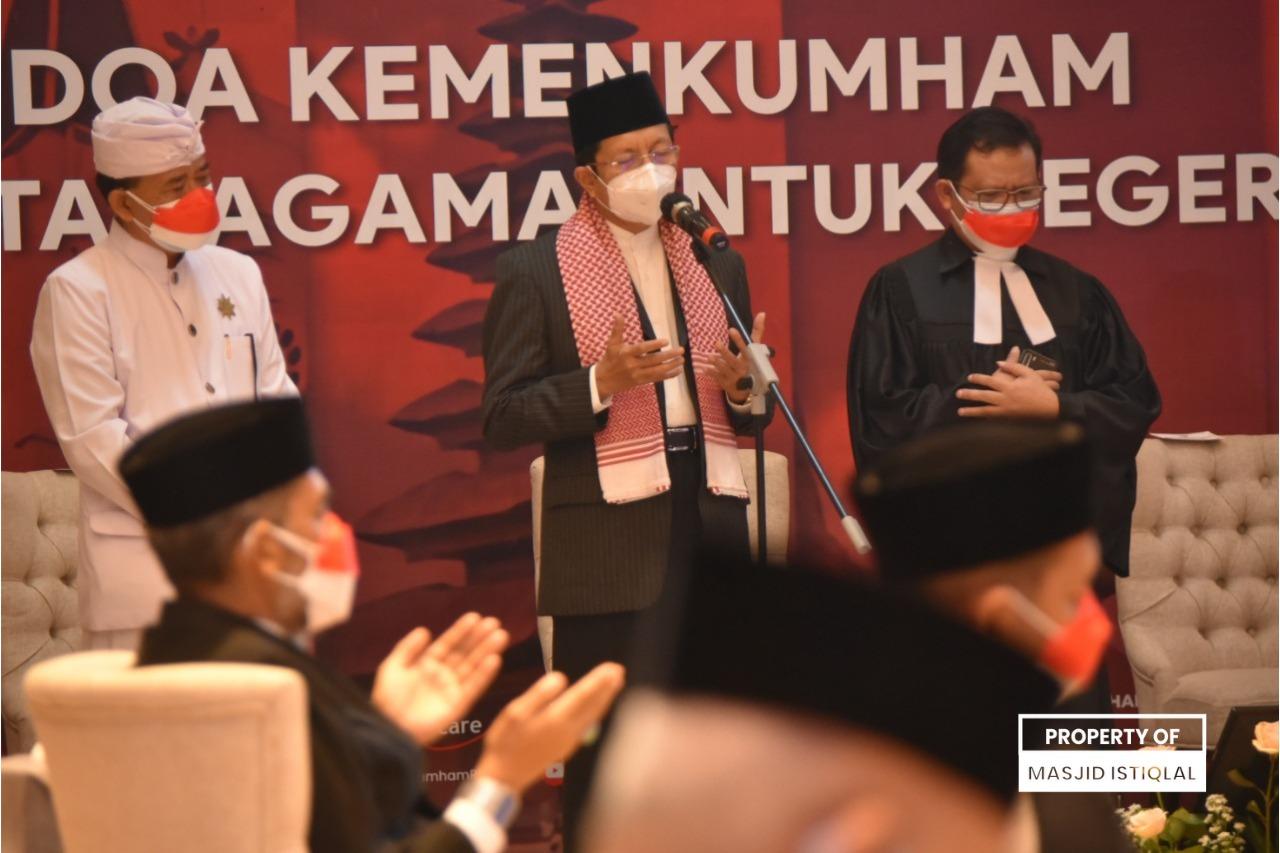 KH Nasaruddin Umar memanjatkan doa